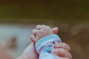 Maternidad entre inmigrantes tras una regularización por arraigo familiar